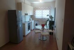 Кухня. Кипр, Мутаяка Лимассол : Апартамент с большой гостиной и тремя отдельными спальнями, для 5 человек