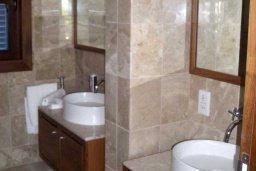 Ванная комната. Кипр, Св. Рафаэль Лимассол : Двухуровневый апартамент в 50 метрах от пляжа, в комплексе с большим бассейном, с просторной гостиной, тремя отдельными спальнями и четырьмя ванными комнатами