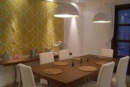Обеденная зона. Кипр, Св. Рафаэль Лимассол : Двухуровневый апартамент в 50 метрах от пляжа, в комплексе с большим бассейном, с просторной гостиной, тремя отдельными спальнями и четырьмя ванными комнатами