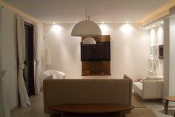 Гостиная. Кипр, Св. Рафаэль Лимассол : Двухуровневый апартамент в 50 метрах от пляжа, в комплексе с большим бассейном, с просторной гостиной, тремя отдельными спальнями и четырьмя ванными комнатами