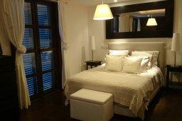 Спальня. Кипр, Св. Рафаэль Лимассол : Двухуровневый апартамент в 50 метрах от пляжа, в комплексе с большим бассейном, с просторной гостиной, тремя отдельными спальнями и четырьмя ванными комнатами