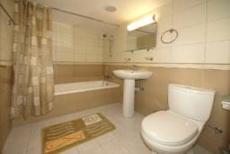 Ванная комната. Кипр, Гермасойя Лимассол : Апартамент в 20 метрах от пляжа, с гостиной и двумя отдельными спальнями, для 4 человек