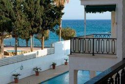 Вид на море. Кипр, Гермасойя Лимассол : Апартамент в 20 метрах от пляжа, с гостиной и двумя отдельными спальнями, для 4 человек