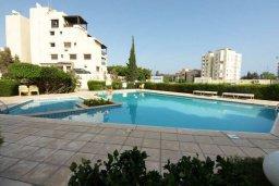 Бассейн. Кипр, Айос Тихонас Лимассол : Апартамент в комплексе с бассейном, с гостиной и двумя спальнями, для 4 человек