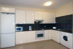 Кухня. Кипр, Айос Тихонас Лимассол : Апартамент в комплексе с бассейном, с гостиной и двумя спальнями, для 4 человек