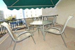 Балкон. Кипр, Гермасойя Лимассол : Апартамент в 20 метрах от пляжа, с гостиной, двумя спальнями и двумя ванными комнатами