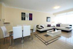 Гостиная. Кипр, Центр Лимассола : Апартамент в 50 метрах от пляжа, с балконом и видом на море, с большой гостиной, тремя отдельными спальнями и двумя ванными комнатами, для 6 человек