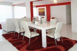 Обеденная зона. Кипр, Центр Лимассола : Роскошный апартамент в 50 метрах от пляжа, с балконом и видом на море, с большой гостиной, тремя отдельными спальнями и двумя ванными комнатами, для 6 человек