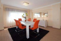 Обеденная зона. Кипр, Гермасойя Лимассол : Двухуровневый апартамент в 20 метрах от пляжа, с балконом, террасой и шикарным видом на море, с большой гостиной, четырьмя отдельными спальнями, тремя ванными комнатами, для 8 человек
