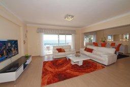 Гостиная. Кипр, Гермасойя Лимассол : Двухуровневый апартамент в 20 метрах от пляжа, с балконом, террасой и шикарным видом на море, с большой гостиной, четырьмя отдельными спальнями, тремя ванными комнатами, для 8 человек