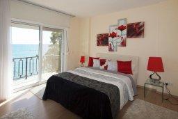 Спальня. Кипр, Гермасойя Лимассол : Двухуровневый апартамент в 20 метрах от пляжа, с балконом, террасой и шикарным видом на море, с большой гостиной, четырьмя отдельными спальнями, тремя ванными комнатами, для 8 человек