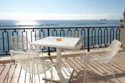 Терраса. Кипр, Гермасойя Лимассол : Двухуровневый апартамент в 20 метрах от пляжа, с балконом, террасой и шикарным видом на море, с большой гостиной, четырьмя отдельными спальнями, тремя ванными комнатами, для 8 человек