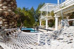 Фасад дома. Кипр, Айос Тихонас Лимассол : Роскошная вилла с бассейном и джакузи, 6 спален, 6 ванных комнаты, сауна, парковка, Wi-Fi