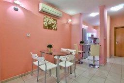 Обеденная зона. Кипр, Дасуди Лимассол : Трехуровневый мезонет с большой гостиной, тремя отдельными спальнями и двумя ванными комнатами, для 6 человек