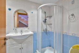 Ванная комната. Кипр, Дасуди Лимассол : Трехуровневый мезонет с большой гостиной, тремя отдельными спальнями и двумя ванными комнатами, для 6 человек