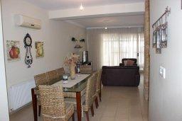 Обеденная зона. Кипр, Перволия : Великолепная вилла с видом на море, с 4-мя спальнями, с бассейном, красивым зелёным садом и тенистой террасой с патио