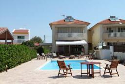 Фасад дома. Кипр, Перволия : Великолепная вилла с видом на море, с 4-мя спальнями, с бассейном, красивым зелёным садом и тенистой террасой с патио