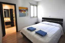 Спальня 3. Кипр, Перволия : Апартамент в 100 метрах от пляжа, с террасой и видом на море, с большой гостиной, тремя спальнями и двумя ванными комнатами, для 6 человек