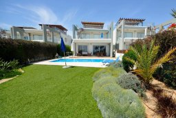 Фасад дома. Кипр, Перволия : Апартамент в 100 метрах от пляжа, с террасой и видом на море, с большой гостиной, тремя спальнями и двумя ванными комнатами, для 6 человек