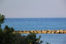 Вид на море. Кипр, Декелия - Ороклини : Апартамент в 60 метрах от пляжа, с гостиной, двумя спальнями и балконом с боковым видом на море