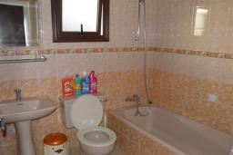Ванная комната. Кипр, Декелия - Ороклини : Апартамент в 60 метрах от пляжа, с гостиной, двумя спальнями и балконом с боковым видом на море