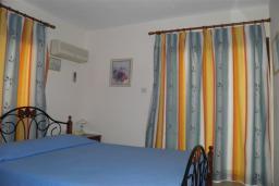 Спальня. Кипр, Декелия - Ороклини : Апартамент в 60 метрах от пляжа, с гостиной, двумя спальнями и балконом с боковым видом на море
