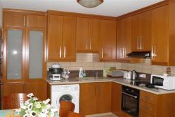 Кухня. Кипр, Декелия - Ороклини : Апартамент в 60 метрах от пляжа, с гостиной, двумя спальнями и балконом с боковым видом на море