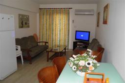 Гостиная. Кипр, Декелия - Ороклини : Апартамент в 60 метрах от пляжа, с гостиной, двумя спальнями и балконом с боковым видом на море