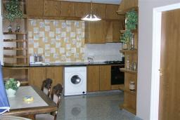 Кухня. Кипр, Декелия - Ороклини : Двухэтажная вилла недалеко от пляжа с частичным видом на море, 3 спальни, 2 ванные комнаты, сад, Wi-Fi