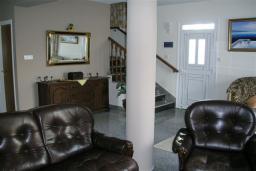 Гостиная. Кипр, Декелия - Ороклини : Двухэтажная вилла недалеко от пляжа с частичным видом на море, 3 спальни, 2 ванные комнаты, сад, Wi-Fi