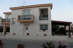 Фасад дома. Кипр, Декелия - Ороклини : Двухэтажная вилла недалеко от пляжа с частичным видом на море, 3 спальни, 2 ванные комнаты, Wi-Fi