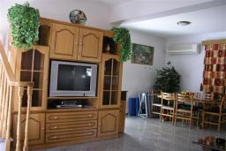 Гостиная. Кипр, Декелия - Ороклини : Двухэтажная вилла недалеко от пляжа с частичным видом на море, 3 спальни, 2 ванные комнаты, Wi-Fi