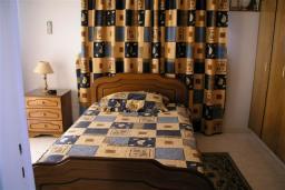 Спальня. Кипр, Декелия - Ороклини : Двухэтажная вилла недалеко от пляжа с частичным видом на море, 3 спальни, 2 ванные комнаты, Wi-Fi