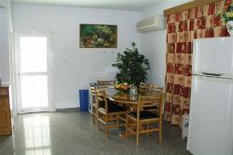 Кухня. Кипр, Декелия - Ороклини : Двухэтажная вилла недалеко от пляжа с частичным видом на море, 3 спальни, 2 ванные комнаты, Wi-Fi