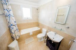 Ванная комната. Кипр, Сиренс Бич - Айя Текла : Шикарная вилла с бассейном и зелёным двориком, с 3-мя спальнями, патио и барбекю
