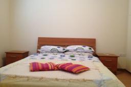Кипр, Центр Лимассола : Апартамент с большой гостиной, тремя спальнями и двумя ванными комнатами, для 5 человек