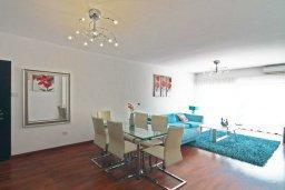Гостиная. Кипр, Айос Тихонас Лимассол : Апартамент в комплексе с бассейном, с гостиной и двумя спальнями, для 4 человек