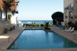 Бассейн. Кипр, Гермасойя Лимассол : Апартамент в 15 метрах от пляжа, с балконом и видом на море, с гостиной, двумя отдельными спальнями и двумя ванными комнатами, для 4 человек