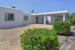 Территория. Кипр, Си Кейвз : Вилла с 4-мя спальнями, с бассейном, патио и барбекю, расположена в Coral Bay