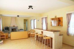Гостиная. Кипр, Си Кейвз : Вилла с 4-мя спальнями, с бассейном, патио и барбекю, расположена в Coral Bay