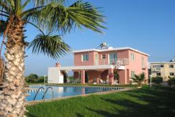 Кипр, Си Кейвз : Очаровательная вилла с 3-мя спальнями, с бассейном , с тенистой террасой с патио, расположена в Coral Bay