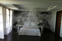 Спальня. Кипр, Св. Рафаэль Лимассол : Великолепная вилла с 4-мя спальнями, с бассейном, зелёной территорией, патио и барбекю
