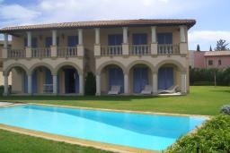Фасад дома. Кипр, Св. Рафаэль Лимассол : Великолепная вилла с 4-мя спальнями, с бассейном, зелёной территорией, патио и барбекю