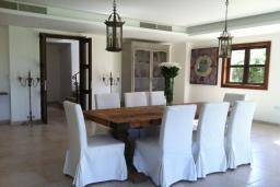 Обеденная зона. Кипр, Св. Рафаэль Лимассол : Великолепная вилла с 4-мя спальнями, с бассейном, зелёной территорией, патио и барбекю