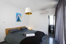 Спальня. Кипр, Пафос город : Красивая вилла с 3-мя спальнями, с бассейном и солнечной террасой, расположена в Пафосе