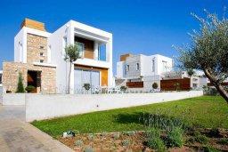 Фасад дома. Кипр, Пафос город : Красивая вилла с 3-мя спальнями, с бассейном и солнечной террасой, расположена в Пафосе