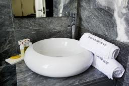 Ванная комната. Кипр, Пафос город : Потрясающая вилла с 3-мя спальнями, с бассейном и солнечной террасой, расположена в Пафосе