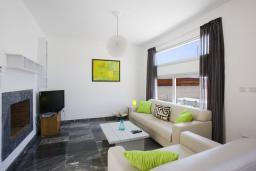 Гостиная. Кипр, Пафос город : Потрясающая вилла с 3-мя спальнями, с бассейном и солнечной террасой, расположена в Пафосе