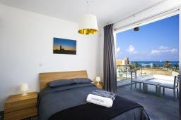 Спальня. Кипр, Пафос город : Шикарная вилла с 2-мя спальнями, с бассейном, солнечной террасой с патио, расположена в Пафосе