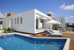 Фасад дома. Кипр, Пафос город : Красивая вилла с 2-мя спальнями, с бассейном и солнечной террасой, расположена в Пафосе